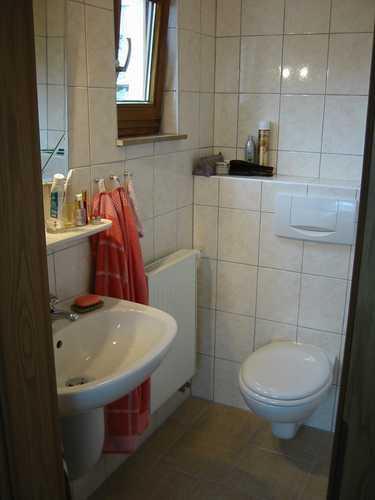 Badezimmer im Doppelbettschlafzimmer